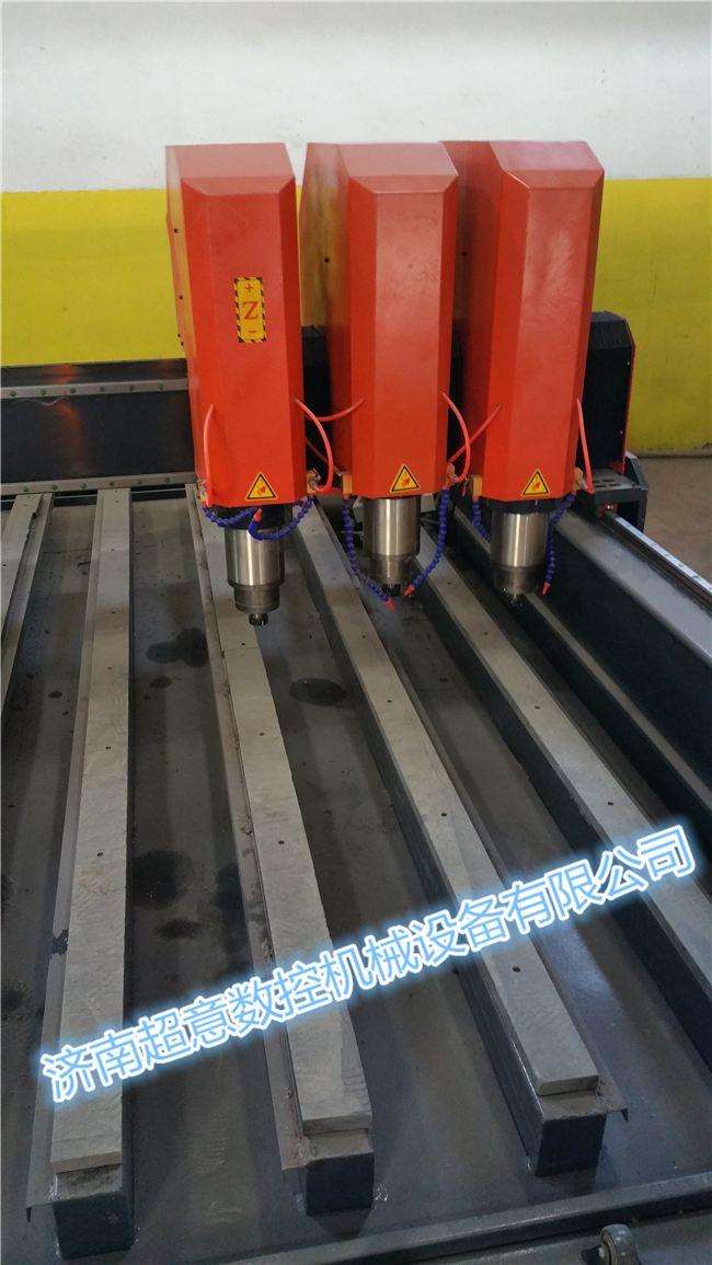 性能特点:  整机三轴均采用进口高精度直线导轨台湾银泰PMI,精度高、速度快、耐磨。  双排四列滚珠滑块,承重力大,运行平稳  主轴可以采用2.2-5kw恒功率水冷主轴电机耐用、雕刻效果好,雕刻各种石材都得心应手。  采用T型一体床身,钢性强、力度大、转动平稳,使得长时间高速运行不变形;  兼容性更高:可兼容Type3/Artcam/Castmate/Proe/UG/文泰等多种CAD/CAM软件; 重型石材雕刻机,是一款可在石材、瓷砖、玻璃等硬材质上进行雕字刻画的高科技全自动电脑雕刻设备。可刻平